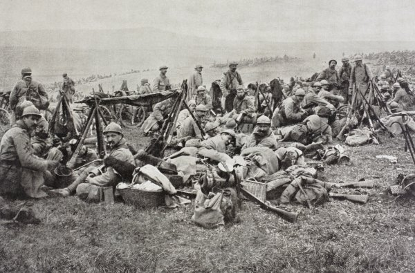 French Soldiers resting behind the front ...