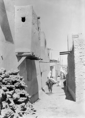 Kuwait street leading to the waterfront by Alan Villiers - print